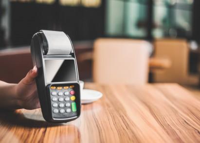 Dlaczego warto korzystać z płatności bezgotówkowych