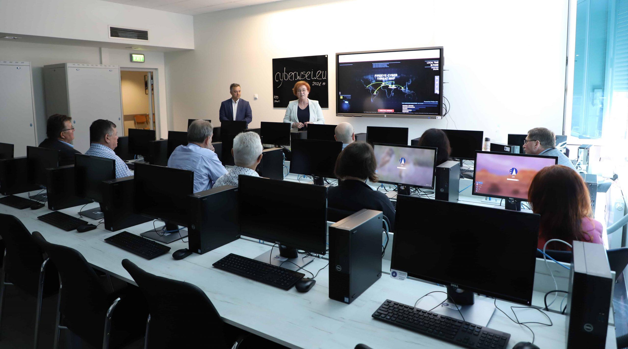Pokaz odzyskiwania danych skasowanych z różnych nośników danych. Prezentacja Laboratorium Cyberbezpieczeństwa WSEI.